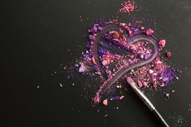 heart-on-crushed-eyeshadows_23-2147710666